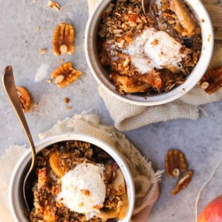 Slow Cooker Gingerbread Apple Pie Crumble | dishingouthealth.com
