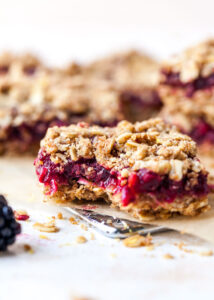 Homemade Nutrigrain Bars with Blackberries and Oats